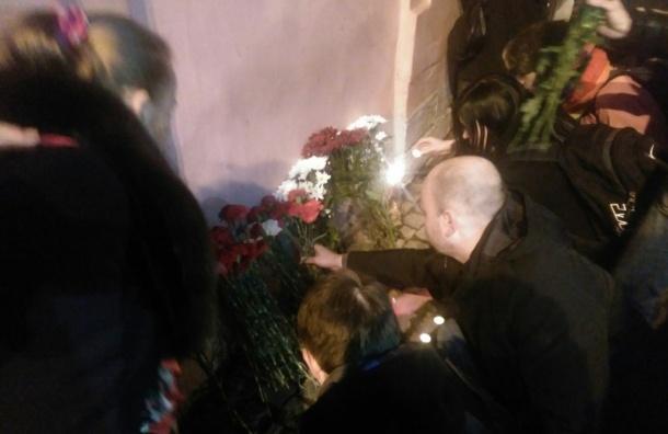 Петербуржцы возложили цветы в память о жертвах теракта в метро
