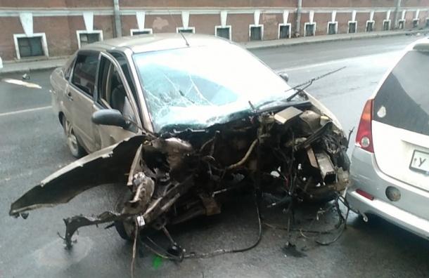 Двигатель вырвало у машины после ДТП в Адмиралтейском районе