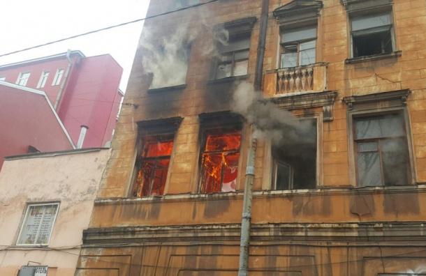 Горит нежилой дом на улице Печатника Григорьева
