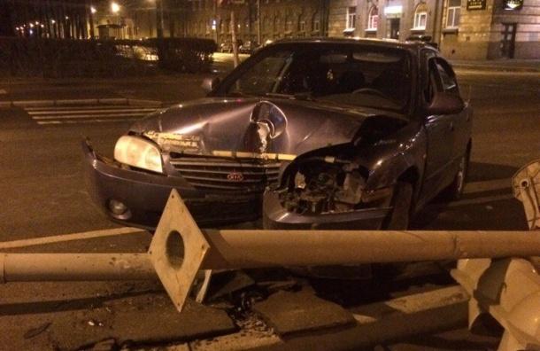 KIA влетела в светофор на Комсомольской площади