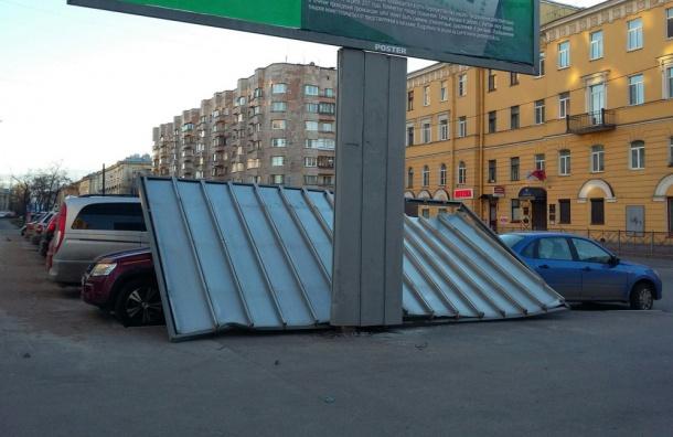 НаБольшеохтинском ветер снес рекламный щит наприпаркованные авто