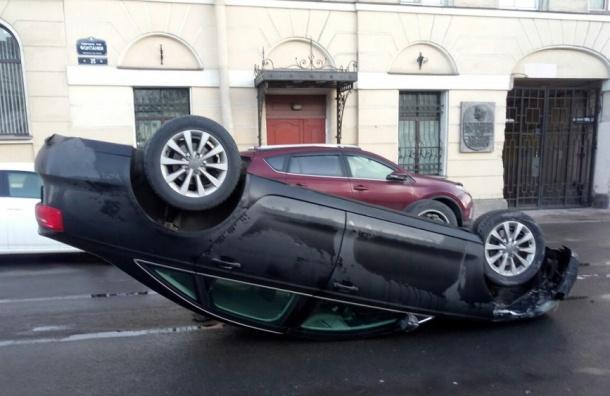 Иностранная машина перевернулась накрышу после ДТП вцентре Петербурга