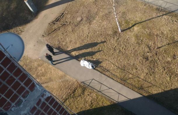 Девушка выпала из окна дома на Вербной улице