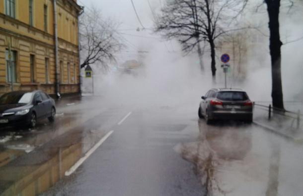 Закрыто движение по улице Комиссара Смирнова из-за прорыва трубы