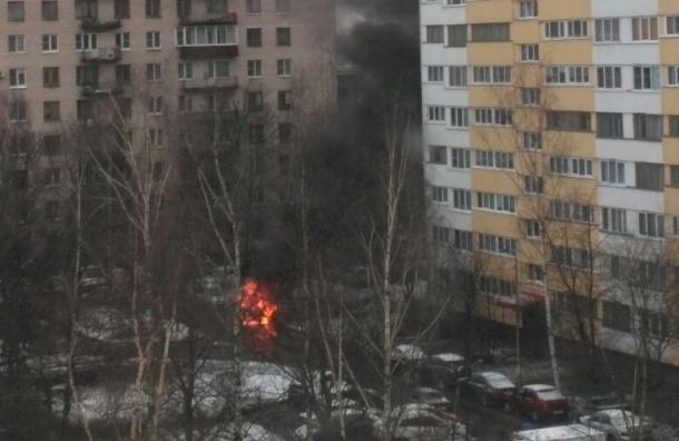 Автомобиль вспыхнул на улице Зины Портновой