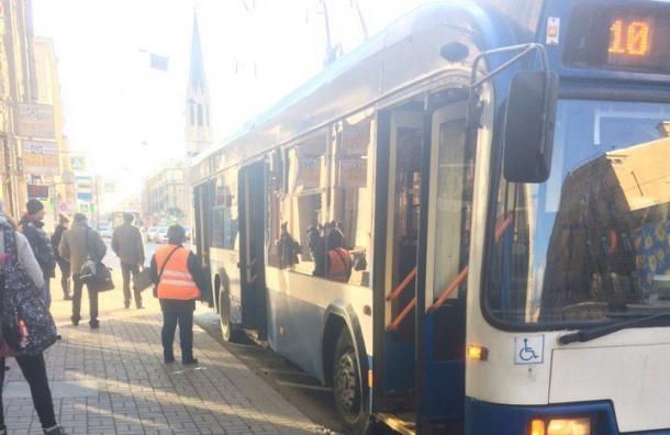 Очевидец: Пассажиры троллейбуса у Василеостровской эвакуированы из-за сумки