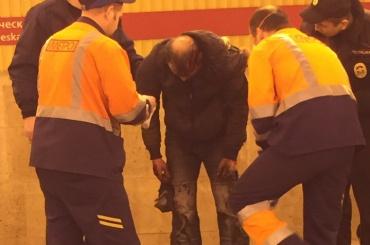 Очевидцы: движение по красной линии метро остановил пьяный пассажир
