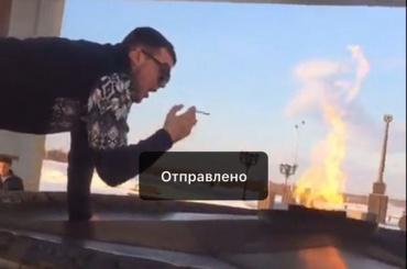 СКустанавливает личность мужчины, якобы прикурившего отВечного огня