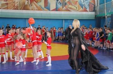 Певица без трусов покорила школьный турнир повольной борьбе наУкраине