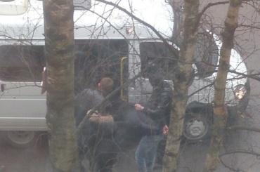 Силовики задержали трех человек в доме на Товарищеском