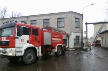 Административное здание горит в Петергофе