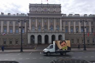 Грузовик с «Макаров надоел» приехал к парламенту