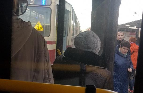 Полиция проверяет бесхозную сумку в трамвае у станции «Обводный канал»