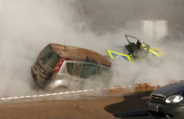 Десятки машин погрязли в кипятке из-за коммунальной аварии