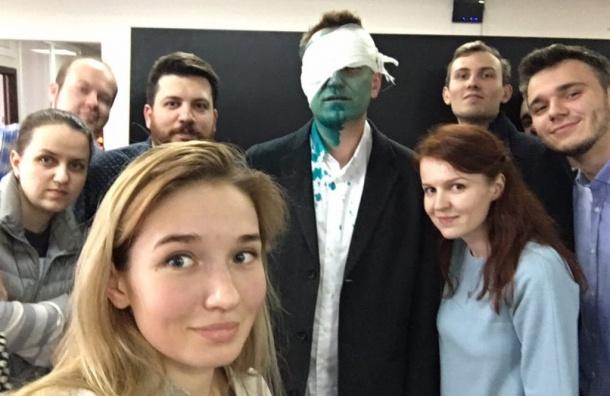 Облитого зеленкой Навального увезли на скорой