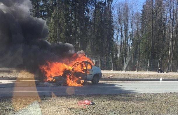 Очевидцы: иномарка загорелась наПарашютной улице после ДТП