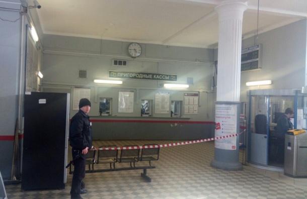Пассажиров «Удельной» эвакуировали из-за подозрительного телефона