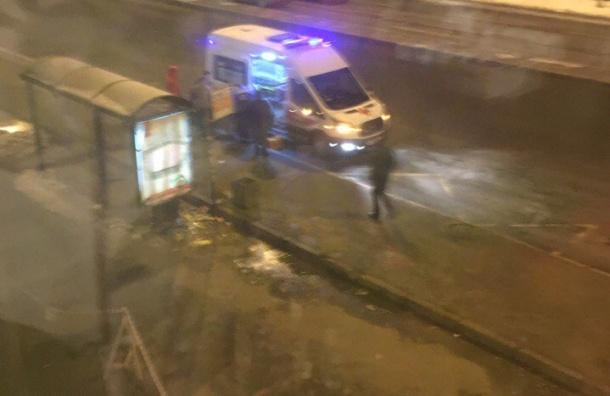 Пьяный мужчина разбил головой стекло наостановке вНевском районе