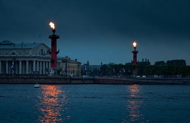 Ростральные колонны зажгли в честь дня рождения Петербурга