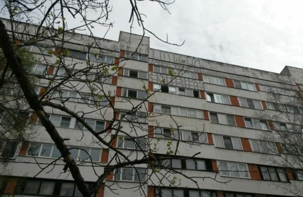 Наюге Петербурге девушка выпрыгнула изокна 8-го этажа ивыжила