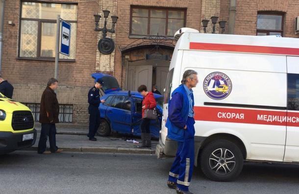 Две машины в ДТП сбили 5 человек