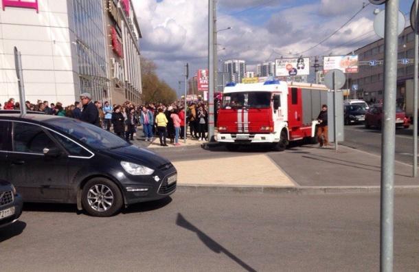 Посетителей ТЦ «Европолис» эвакуировали из горящего в подземной парковке авто