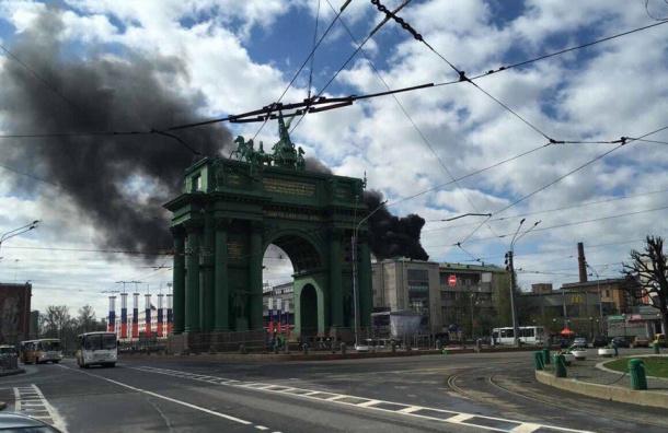 Кировский универмаг горит у метро «Нарвская»