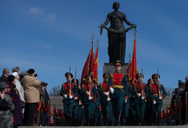 Возложение цветов на Пискаревском мемориальном кладбище : Фото