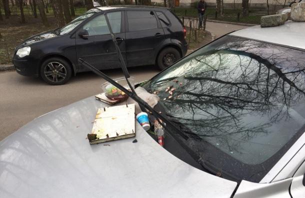 Volvo на бульваре Новаторов за неправильную парковку «наказали» мусором