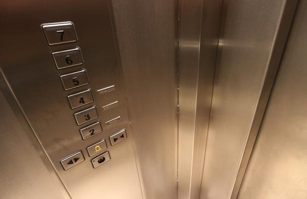 Лифт с детьми сорвался в доме на Комендантском проспекте