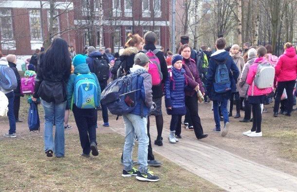 Школу вНевском районе эвакуировали из-за бесхозной сумки