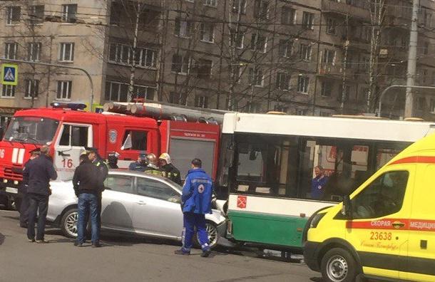 Пятеро пострадали при аварии савтобусом вПетербурге