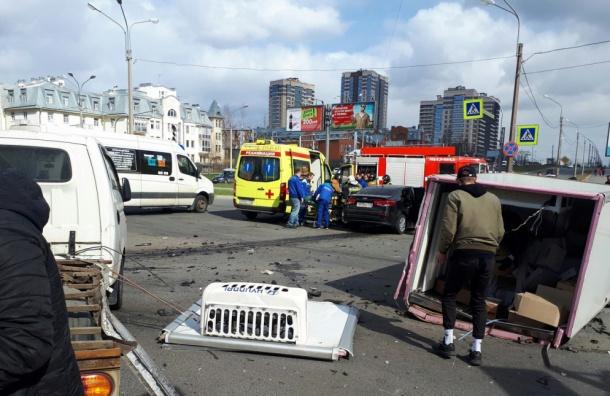 Водитель KIA сломал ногу в аварии на Сизова