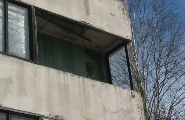 Очевидцы: остекление балкона сорвало порывом ветра на проспекте Испытателей