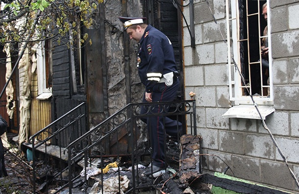 Изгорящего дома петербургские инспекторы ДПС вывели троих человек