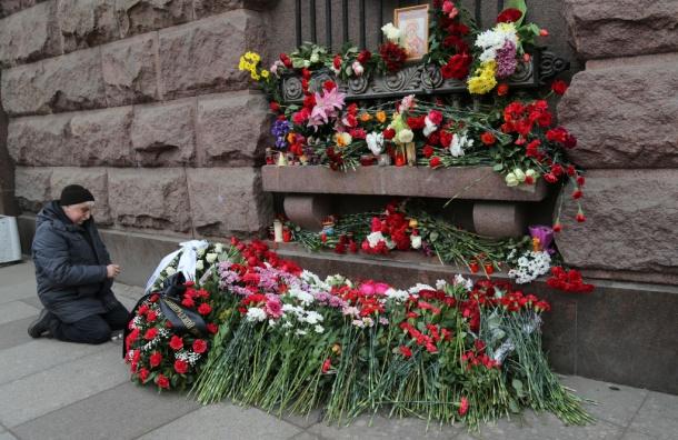 Вхрамах Петербурга на40-й день трагедии поминают жертв теракта вметро