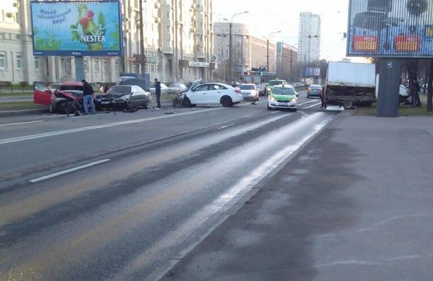 Движение по Гражданскому проспекту затруднено из-за ДТП с четырьмя машинами