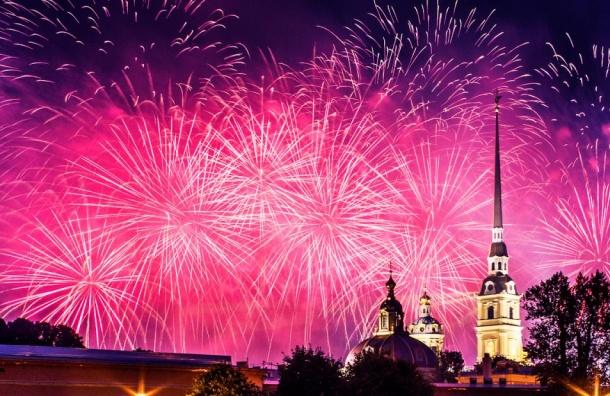 Салютом завершилось в Петербурге празднование Дня Победы