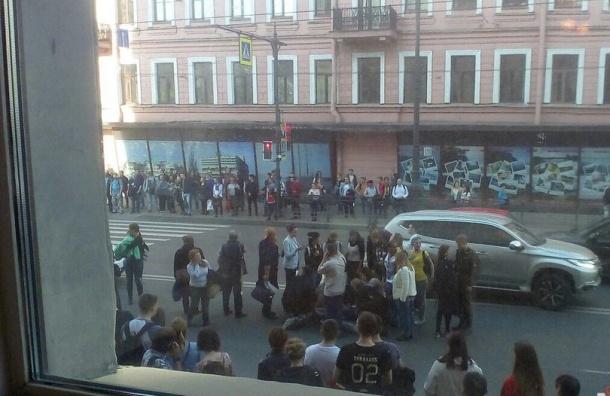 Мотоциклист въехал в толпу у станции «Технологический институт»