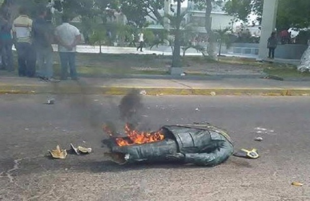 Памятник Чавесу разрушили в Венесуэле