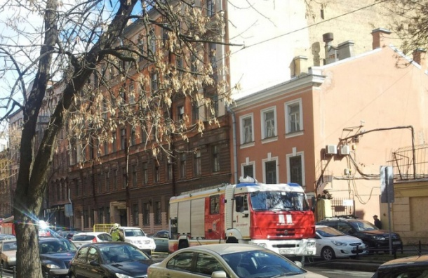 Серьезный пожар на Васильевском острове остановил движение авто