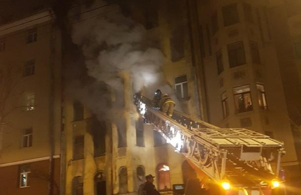 Спасатели спасли собаку при пожаре в шестиэтажном доме в центре Петербурга