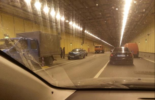 ДТП остановило движение под дамбой