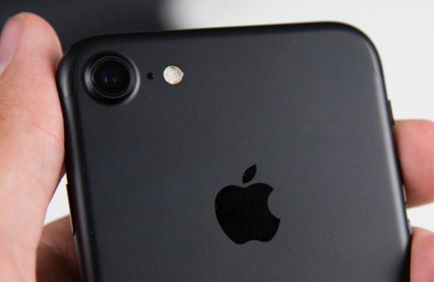 Девочка-подросток украла у студентки вуза в Петербурге IPhone 7