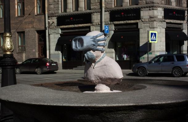 НаБольшой Конюшенной установили монумент отупляющему интернету