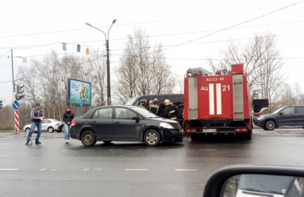 Очевидец: пожарная машина попала в ДТП на проспекте Энгельса