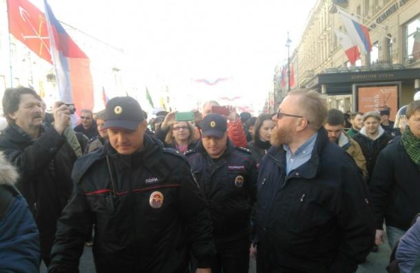 Полиция взяла Милонова в кольцо