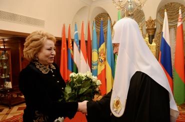 Матвиенко ипатриарха Кирилла просят небаллотироваться впочетные граждане Петербурга