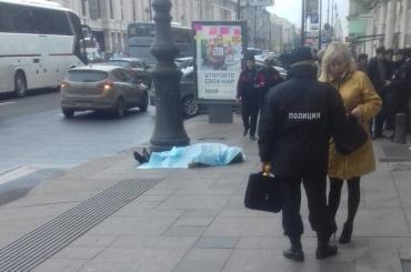 Труп мужчины лежит на тротуаре на Лиговском проспекте