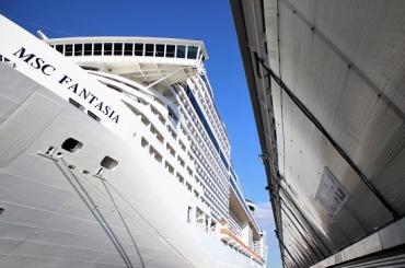 Гигантское круизное судно с 18-тью палубами зашло в порт Петербурга